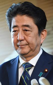 東京都議選の投開票から一夜明け、硬い表情で報道陣の取材に答える安倍首相=首相官邸で2017年7月3日午前8時43分、中村藍撮影