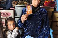 2016年末、家の前で撃たれて死亡した夫の写真を手にするソマさん=イラク・モスル市内で2017年2月、玉本英子さん撮影