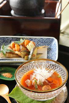 きょうの噺「くっしゃみ講釈」をお題にした料理。赤い沢煮汁(手前)、舌平目のから揚げ(奥)=菅知美撮影