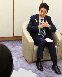 Prime Minister Shinzo Abe answers questions by Mainichi Shimbun Political News Department Managing Editor Chiyako Sato at the prime minister's office in Tokyo on July 3, 2017. (Mainichi)