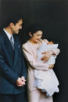 秋篠宮さまのお迎えで眞子さまを抱いて宮内庁病院を退院される紀子さま=1991年11月1日