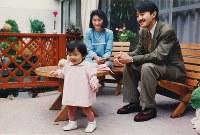 一歳の誕生日を迎えられ元気に歩かれる眞子さまを見守る秋篠宮さまご夫妻=1992年10月19日、宮内庁提供