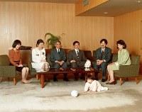 赤坂御所で、初孫の眞子さまとくつろがれる天皇ご一家=1992年12月8日、宮内庁提供