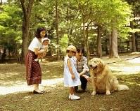 ご一家で滞在した軽井沢で、犬と遊ばれる眞子さま=1995年8月4日、木村滋撮影