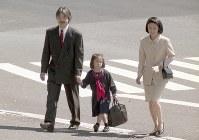秋篠宮ご夫妻に付き添われて学習院初等科の入学式に向かわれる眞子さま=1998年4月10日、橋口正撮影