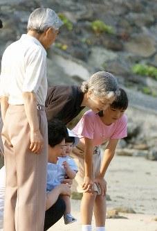 須崎御用邸近くにある三井浜を天皇、皇后両陛下、愛子さまを抱かれた雅子さまと散策される眞子さま=2002年8月26日