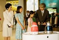 愛知万博のロボットステーションを見学される秋篠宮ご一家=2005年7月25日