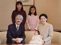 誕生されて2カ月の悠仁さまと記念撮影に臨まれる秋篠宮ご一家=2006年11月12日、宮内庁提供
