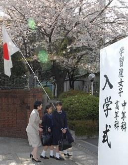 秋篠宮妃紀子さまに付き添われ、学習院女子高等科、同中等科の入学式に向かわれる眞子さまと佳子さま=2007年4月6日
