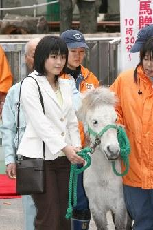 初の一人での公務で、上野動物園の「子ども動物園60周年記念・野間馬贈呈式」に出席された眞子さま=2008年4月20日、石井諭撮影