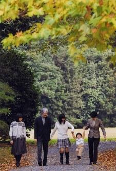 赤坂御用地内を散策される秋篠宮ご一家=2009年11月8日、宮内庁提供