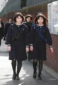 学習院女子高等科と同中等科の卒業式に向かわれる眞子さまと佳子さま=2010年3月22日