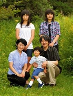 那須御用邸用地内を散策、くつろがれる秋篠宮ご一家=2010年8月18日、宮内庁提供