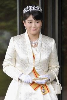 20歳の誕生日を迎え、天皇、皇后両陛下へのあいさつ後、皇居・宮殿前で笑みを浮かべられる眞子さま=2011年10月23日