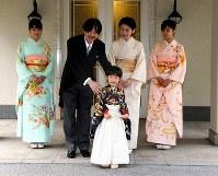 悠仁さまの「着袴の儀」と「深曾木の儀」を終えた秋篠宮ご一家=赤坂東邸で2011年11月3日