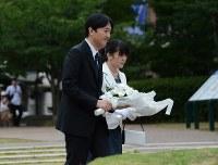 長崎市内の原爆落下中心碑に供花される秋篠宮さまと眞子さま=2013年7月30日、竹内麻子撮影