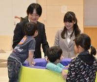 仙台レインボーハウスで東日本大震災の遺児らと交流される秋篠宮さまと眞子さま=2014年3月13日