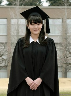 国際基督教大学の卒業式に臨まれるガウンに帽子姿の眞子さま=2014年3月26日
