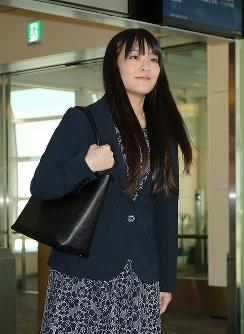 英国留学を終え帰国、羽田空港に到着された眞子さま=2015年9月29日