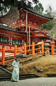 春日大社を訪問、本殿の参拝を終えられた眞子さま=2017年2月20日
