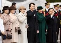 羽田空港で、ベトナムに出発される天皇、皇后両陛下をお見送りになる皇太子ご夫妻と秋篠宮ご一家=2017年2月28日、猪飼健史撮影