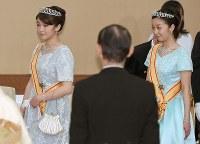 スペイン国王夫妻を歓迎する天皇、皇后両陛下主催の宮中晩さん会に出席された眞子さまと佳子さま=皇居で2017年4月5日