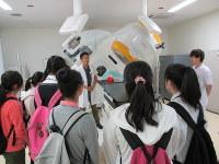 埼玉県立がんセンターで放射線機器を見学する高校生たち=201 5年9月、埼玉県提供