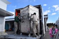 岩手県とヤマト運輸の地域包括連携協定に基づき、冷蔵ボックスの塩蔵ワカメを共同輸送する試験運行が行われた=岩手県宮古市の田老町漁協で2017年2月13日