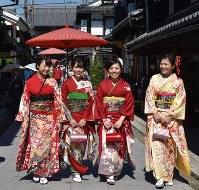 滋賀県の長浜きもの大園遊会で色鮮やかな着物姿で散策を楽しむ女性たち=2016年10月(本文とは直接関係ありません)