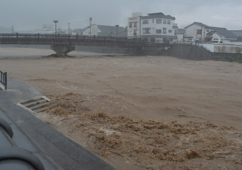 Hundreds of thousands leave homes after Japan floods