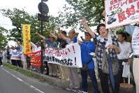 「オスプレイ配備反対」と声を上げる市民ら