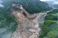 In this photo taken from a Mainichi Shimbun helicopter, a landslide covers houses in Hita, Oita Prefecture, on July 6, 2017. (Mainichi)