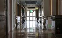 報道陣に公開された植松聖被告が進入した1階の様子=相模原市緑区で2017年7月6日午前11時52分、宮武祐希撮影