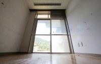 植松聖被告が窓ガラスを破って侵入した1階居室の窓=相模原市緑区で2017年7月6日午前10時33分、宮武祐希撮影