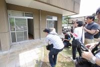 植松聖被告が窓ガラスを破って侵入した1階居室の窓(左)=相模原市緑区で2017年7月6日午前10時41分、宮武祐希撮影
