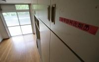 報道陣に公開された津久井やまゆり園の一室の様子=相模原市緑区で2017年7月6日午前11時16分、宮武祐希撮影