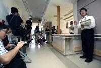 植松聖被告によって3人の入所者が犠牲となった2階「すばるホーム」の説明をする神奈川県職員(右)=相模原市緑区で2017年7月6日午前10時17分、宮武祐希撮影