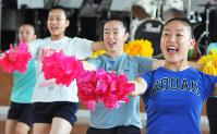 ポンポンを手に練習に打ち込む部員たち=福井市文京5の福井市立日新小学校で、大森治幸撮影