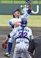 第2代表決定戦で都市対抗野球大会への出場を決め、浜岡捕手(手前)と抱き合って喜ぶ荒西投手