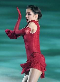 演技を披露するエフゲニア・メドベージェワ=横浜市港北区の新横浜スケートセンターで2017年7月7日、手塚耕一郎撮影
