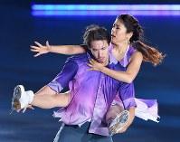 演技を披露するアイスダンスの村元哉中、クリス・リード組=横浜市港北区の新横浜スケートセンターで2017年7月7日、手塚耕一郎撮影