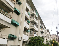 千里ニュータウンで従来からある低層の集合住宅=眞鍋知子さん撮影