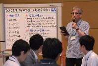 参加者に対話を促す進行役の神垣さん(右奥)=青森市のアウガで
