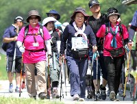 埼玉県志木市で今年5月に開かれたウオーキング大会。多くの市民が参加した=橋本政明撮影