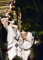 声を振り絞って神社を目指す担ぎ手たち。神輿を担ぐ喜びをかみしめながら石段を上った=京都府宮津市宮町の山王宮日吉神社で、安部拓輝撮影