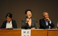 弁論後の集会で話す三根さん(中央)