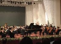 コンクールの最終審査でオーケストラと協演する中山さん