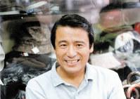 1988年、レコフ設立を報告するため洋品店を営む実家を訪れた立川さん=東京・四谷で、本人提供
