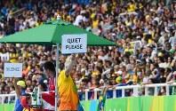 リオデジャネイロ・パラリンピックの女子走り幅跳び(視覚障害T11)の観客席に静寂を促すボードを掲げるスタッフ。試技中は静かにするのが観戦マナーだ=徳野仁子撮影