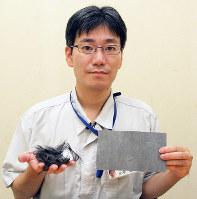 リサイクル回収された炭素繊維などを手にする小平琢磨主任研究員=愛媛県四国中央市妻鳥町の産業技術研究所紙産業技術センターで、近藤隆志撮影